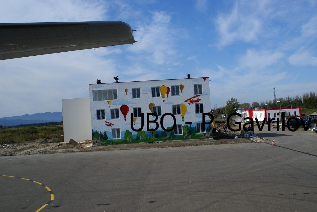сграда, до която крилото на самолета мина изключително близко при рулирането
