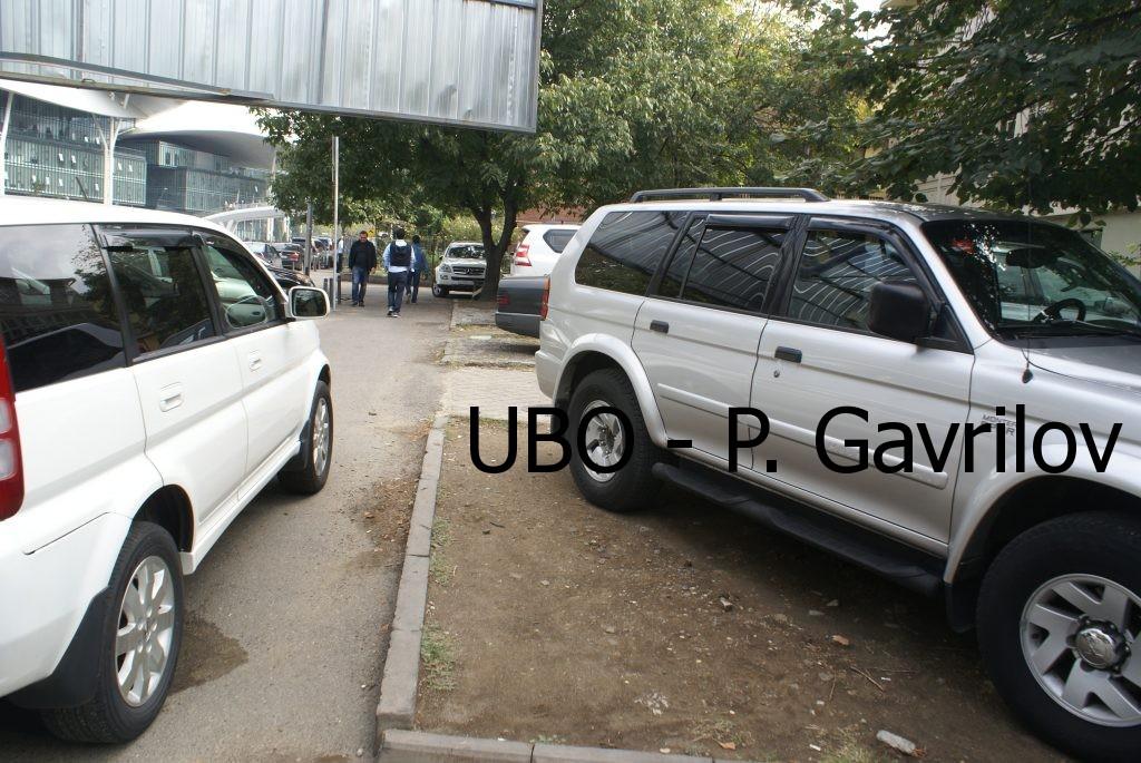така се паркира в Тбилиси - навсякъде