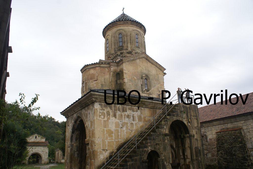 сграда, в която по стълбите се стига до параклис